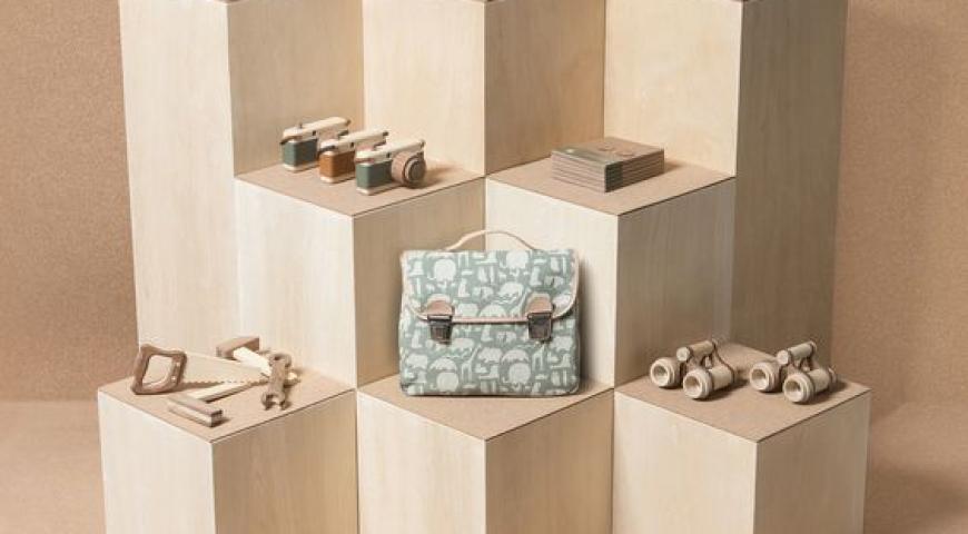 'Mẫu kệ trang trí hiện đại cho showroom Thời Trang